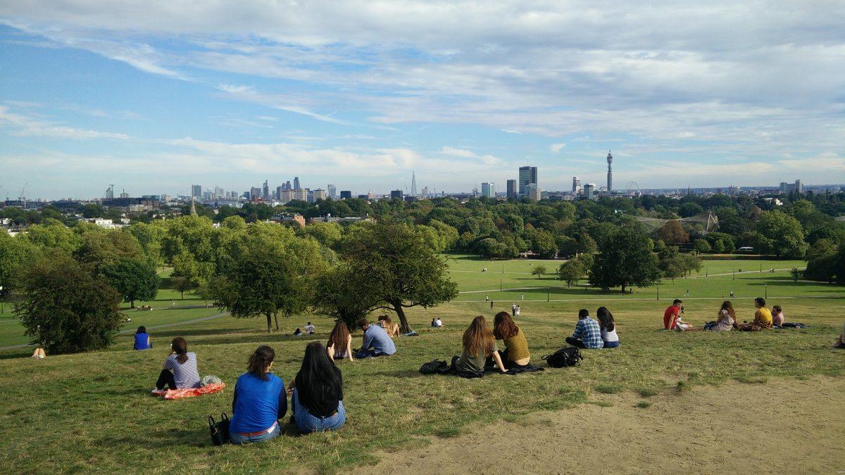 persone sedute a primrose hill