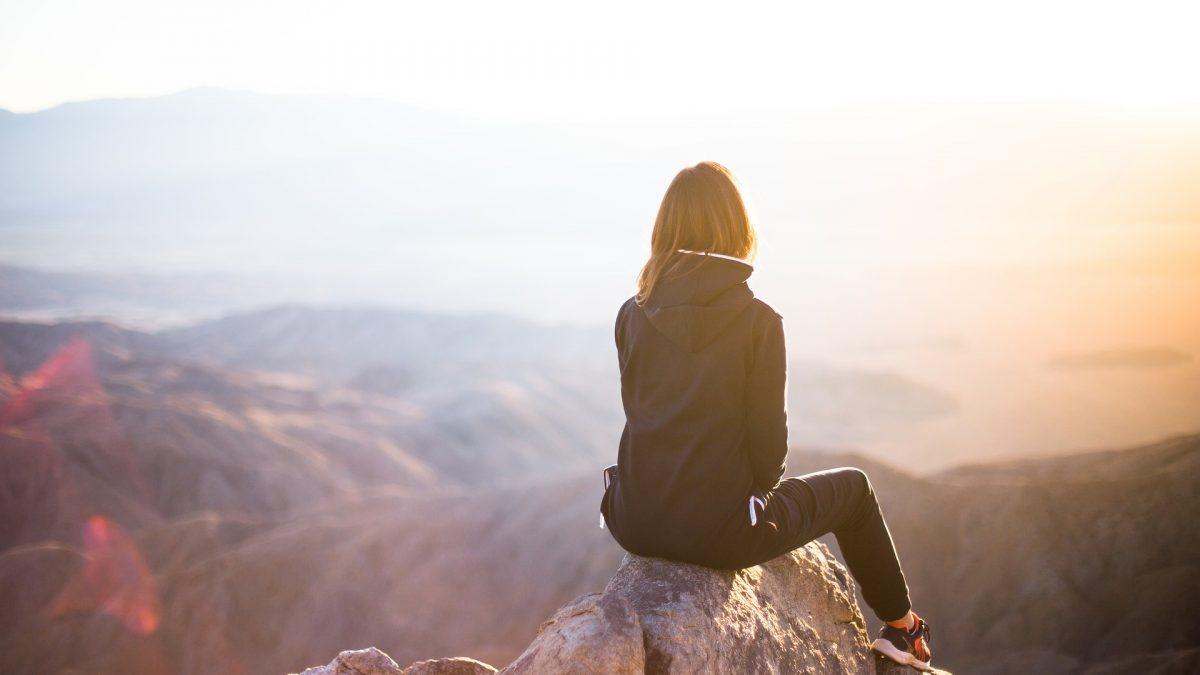donna che guarda il panorama